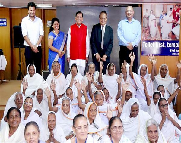 IIFCL CSR team with widows of vrindavan at Sulabh Gram